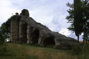 Le réservoir de chasse en amont du rampant descendant du siphon de Chaponost (aqueduc de Giers, à Lyon) permet de purger l'air contenu dans l'aqueduc (cliché 1999).