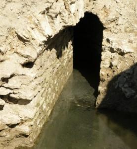 Le drain de l'étang asséché de Clausonne fut mis au jour en 2009 par les archéologues de l'aqueduc de Nîmes. Le drainage de l'étang facilitait la mise en place de l'aqueduc en bordure nord et ouest de l'étang.