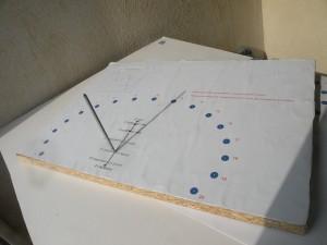 A partir du gnomon, on sait construire un cadran solaire analemmatique. Celui-ci est la maquette d'un cadran à construire à Castillon-du-Gard, dont les dimensions seront 10 m x 7 m