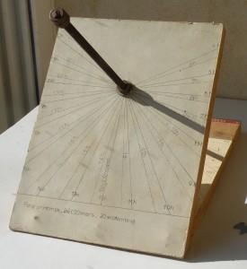 maquette d'un cadran solaire équatorial - face printemps été (20 mars juin-20 septembre) -  En traits pleins, les heures solaires ; en pointillés, les heures légales d'été.  Latitude 44°N, longitude 4°59 E.