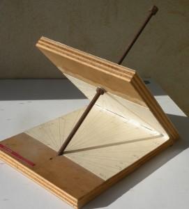 Face hiver d'un cadran solaire équatorial sur le plan incliné et cadran horizonta sur le plan horizontal. Cool. C.L.