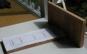 Maquette évoquant le cadran solaire portatif que le pharaon Thutmosis III (vers 1500 av. J.-C.) emportait dans ses voyages- petit objet inspiré d'un objet en pierre formant deux branches à angle droit. Cet instrument serait sensé être un des cadrans des plus anciennement connu. La variation de la longueur de l'ombre portée au cours de l'année en fit aussi un calendrier. (Coll. C.L.)