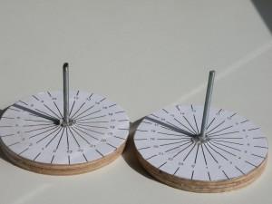 A gauche, cadran solaire au pôle nord, à gauche, au pôle sud : la différence porte sur le sens de variation des heures. (collection C.L.)