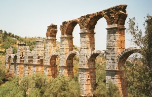 Les arches très arcboutées du pont aqueduc de Mytilène- Île de Lesbos- Cliché : C.L. 1999
