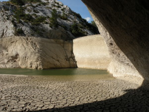 Le barrage, partie amont de l'aqueduc. Asséché pour travaux- On aperçoit, au fond, à gauche du barrage moderne, la saignée qui maintenait l'accrochage du barrage romain sur le rive gauche du vallon. cliché C. Larnac- printemps 2007