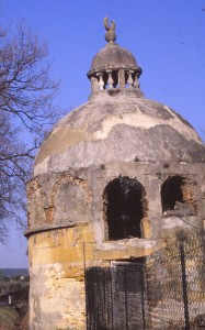 Le monument funéraire à proximité du château de Castille