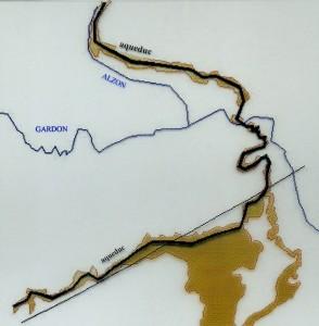 """Relevé d'un secteur géographique permettant l'écoulement par gravité entre les sources d'Eure à Uzès et le castelllum à Nîmes. Dessin établi en 1999 par Georges Tendille, géomètre expert, pour illustrer l'ouvrage """" L'aqueduc du Pont du Gard""""."""