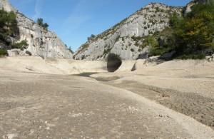 Aqueduc de Glanum- En amont du barrage moderne, construit à l'emplacement du barrage romain. Le barrage est vidangé tous les dix ans pour assurer son entretien.