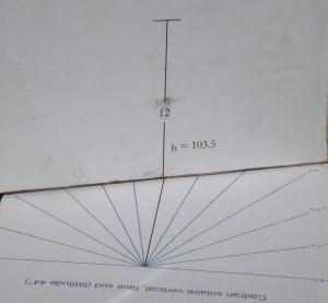 Sans être mathématicien, on peut graduer un cadran solaire vertical en joignant simplement le point en haut de la table verticale aux intersections de la parie horizontale. (Collection C.L.)
