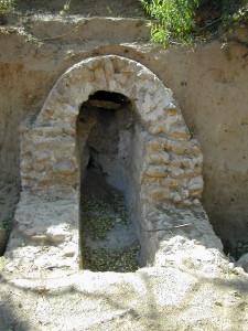 Le conduit est bâti avec des galets des Costières de Nîmes- Cliché C.L.