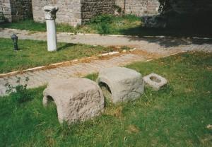 Des boisseaux en pierre de siphon à Pergame- Cliché : C.L.